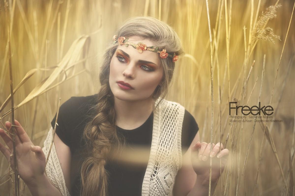 Freeke buiten fotoshoot boho door Sacha van Manen